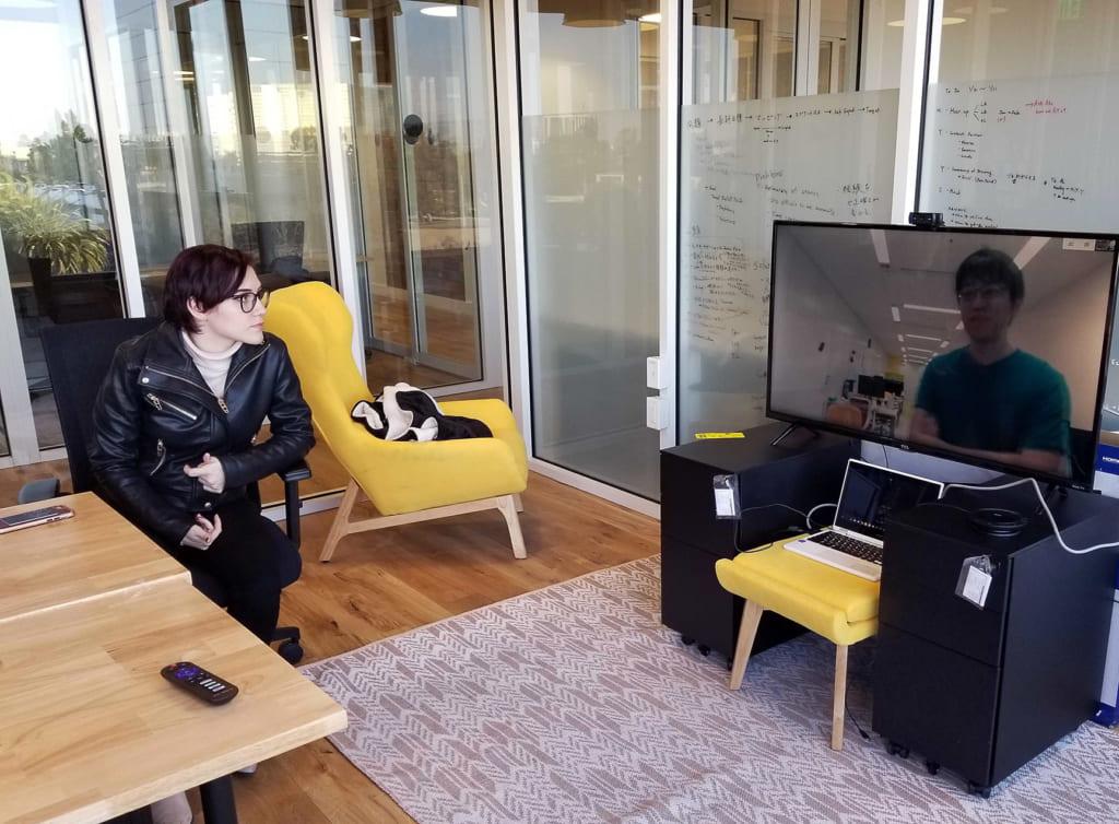 """東京とカリフォルニアのオフィスをつないている""""窓""""の様子です。"""